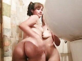 Amigas chilenas en la ducha jugando