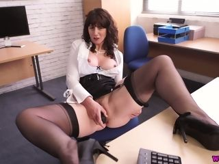 Middle elderly assistant Toni Lace wanks her twat in the office