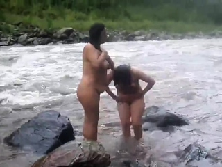 ?�?2 indian mature womens bathing in sea bare