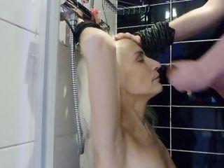 'Blonde ?�ltere Frau bekommt Sperma ins Gesicht nach tief Blasen'