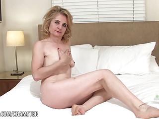 Isabella fucktoys her furry mature vag
