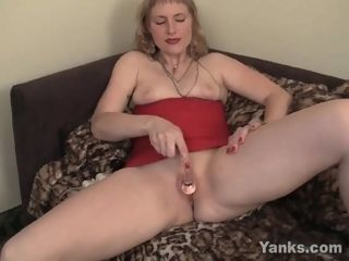 'Yanks cougar Josie pleasuring Her poon With Toys'