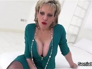 Hotwife uk cougar female sonia demonstrates her mighty balloons