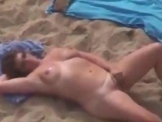 Gloria se toca en playa para mirones