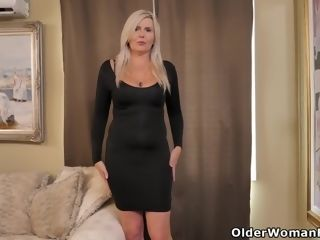 Sport cougar Brandii from Canada kneads one out in the kitchen
