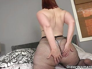 Yankee cougar Scarlett shovels a faux-cock deep into her cootchie
