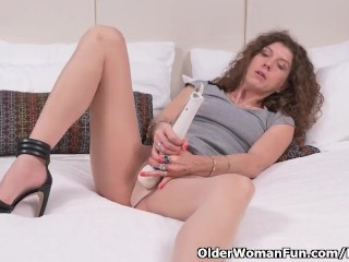 Scrummage milf Janice puts their way massager with play the part