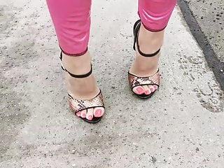 High high-heeled shoes Walk extraordinary