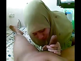 Ultra-cute sucky-sucky and assjob from housewife in a green hijab