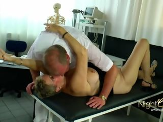 Frauenarzt Dr. Immergeil pinkelt die grannie erstmal an