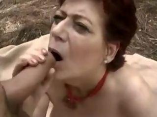 Grosse mamie rousse baise un promeneur dans les bois