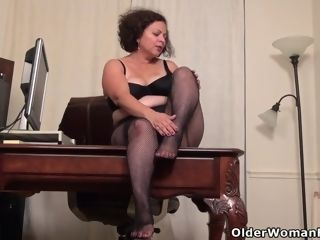 Canadian plus-size cougar Roxee Robinson toys her mature cunt