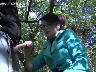 Mature branle un mec dans les bois