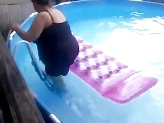 Plus-size mommy falls off a raft in the pool